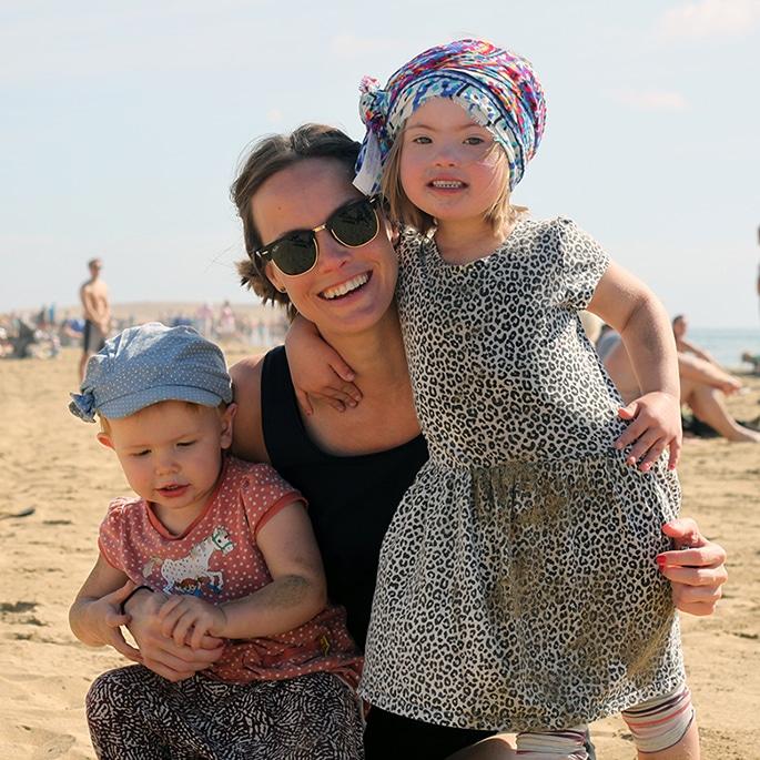 Jenny Lindström Beijar med sina döttrar Vanja och Hillevi på en sandstrand