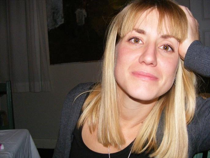 En bild på Johanna Björnhage där hon vilar huvudet i handen