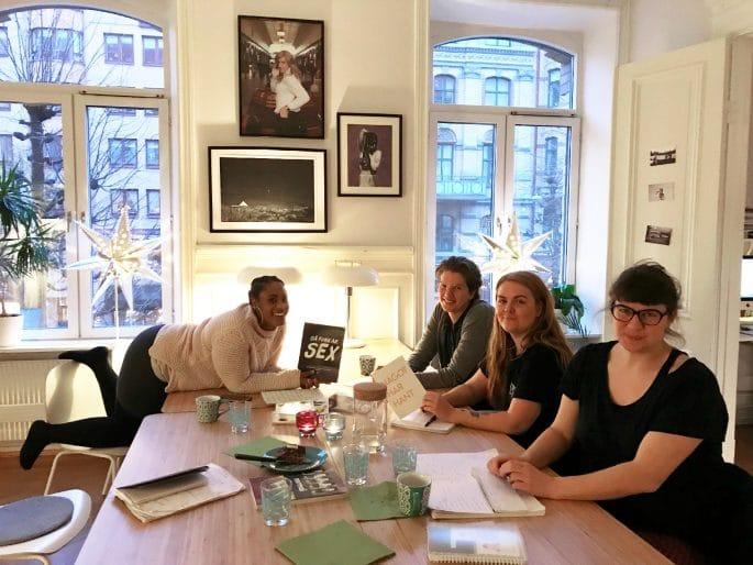 Projektmedarbetare sitter tillsammans vid ett bord