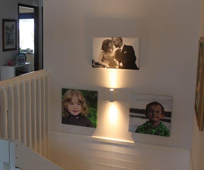 Vägg med foton på familjen inomhus