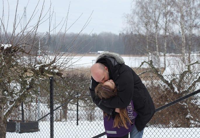 Andreas och Freja kramas ute i snön