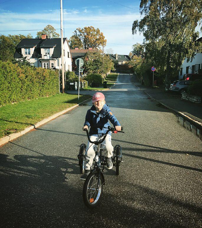 Viggo cyklar hemma på gatan