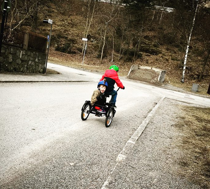 Viggo skjutsar Love på sin cykel