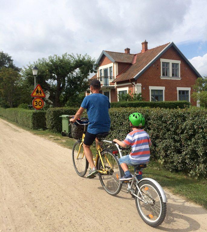 Jonas och Viggo cyklar på en påhängscykel på Ven