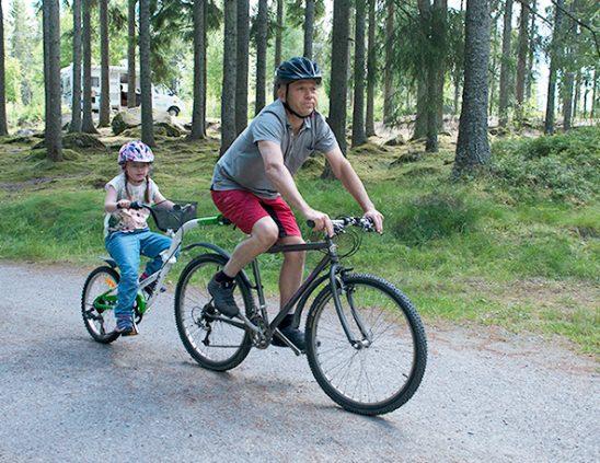 Malin och Matti cyklar