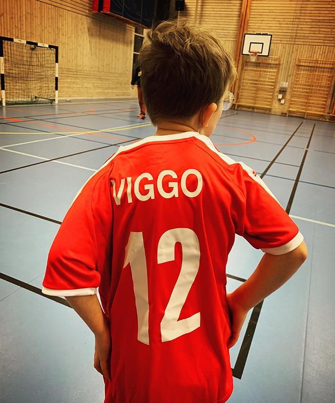 """Viggo står med ryggen mot kameran iklädd sin lagtröja med namnet """"Viggo"""" och siffran 12 tryckt på ryggen"""